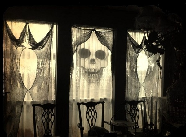 Haunting-curtains-for-hallowen-day-home-decor-ideas